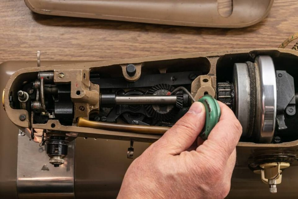 Cleaning and lubrication of the mechanism of the sewing machine