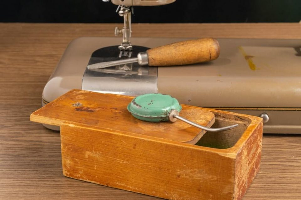 Oiler for the mechanism of the sewing machine.
